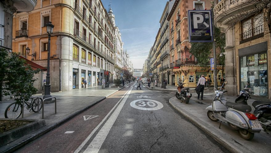 La calle Mayor de Madrid semivacía el mismo día que el Gobierno ha decretado el estado de alarma en España a consecuencia del coronavirus