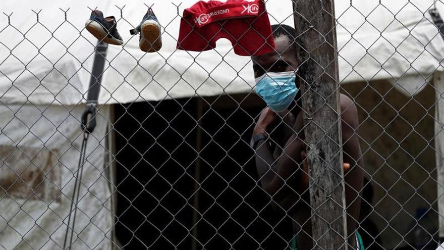 Un migrante usa tapabocas al interior de un albergue, el pasdo viernes en la comunidad de Lajas Blancas, en Darién (Panamá).