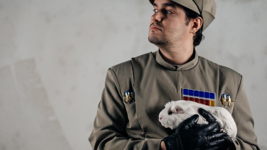 Un integrante de la Legión 501 Spanish Garrison de Star Wars con una animal rescatado por Rabbit Rescue Spain. Foto: © Javier Gamonal / Animei Beat