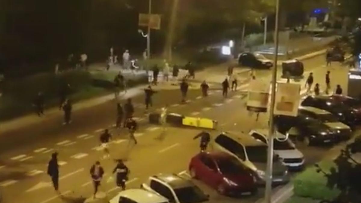 Contenedores cruzados y disturbios en el Paseo del Pintor Rosales en la noche del sábado