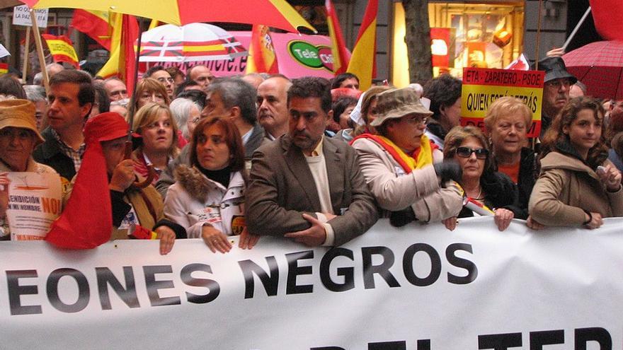 Luis del Pino, tras una pancarta de los Peones Negros.