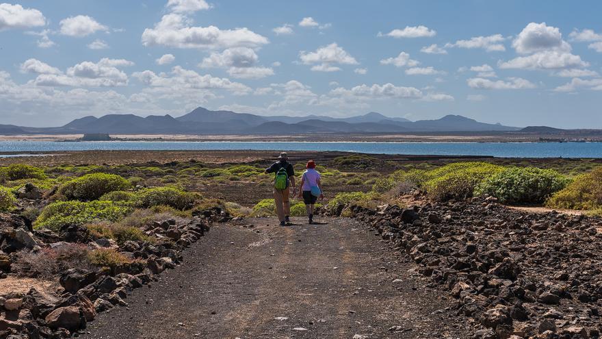 Camino hacia el norte de la isla por el 'malpaís'. Bengt Nyman (CC)
