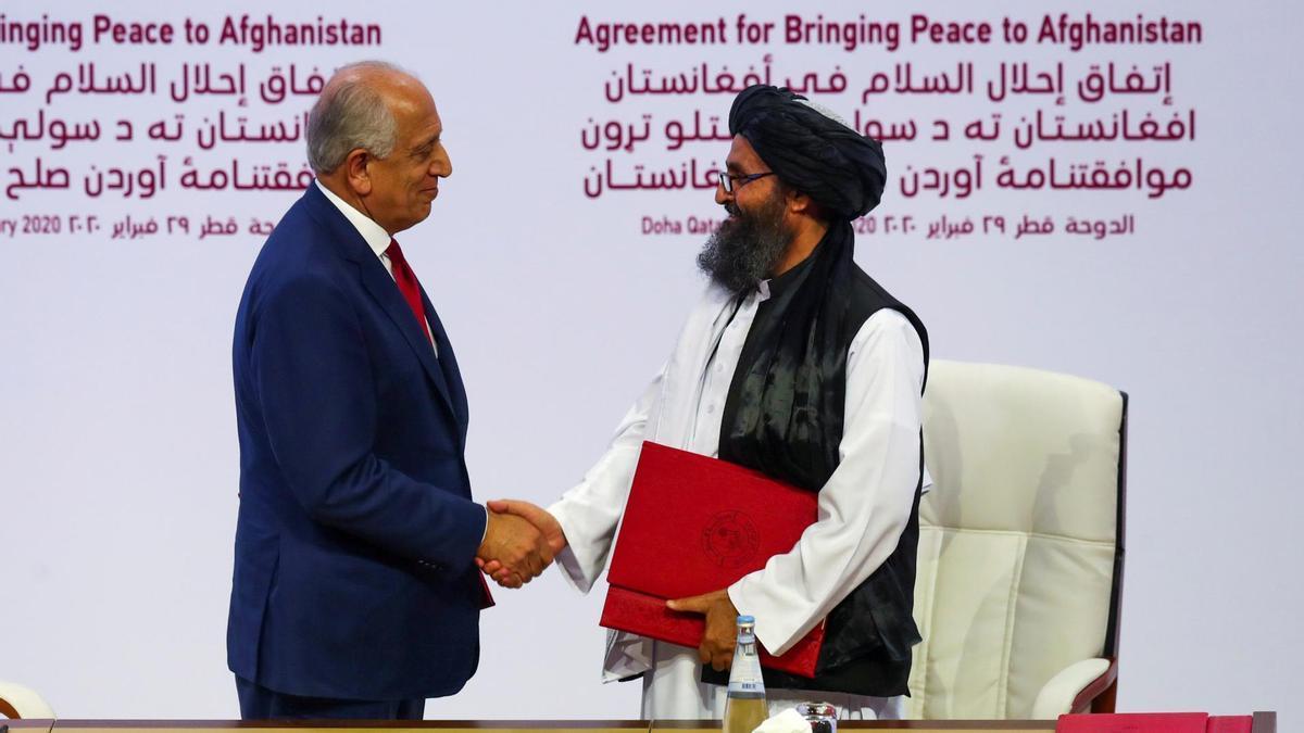 Abdul Ghani Baradar con el enviado de EEUU para Afganistán en Doha en febrero de 2020.