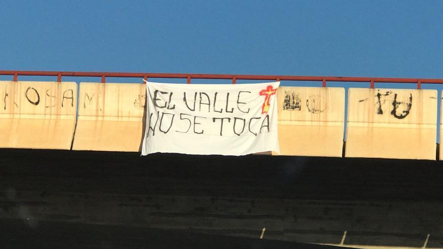 """Una de las pancartas con el lema """"El Valle No Se Toca"""" que exhibió la extrema derecha en la autovía que une Murcia y Cartagena"""