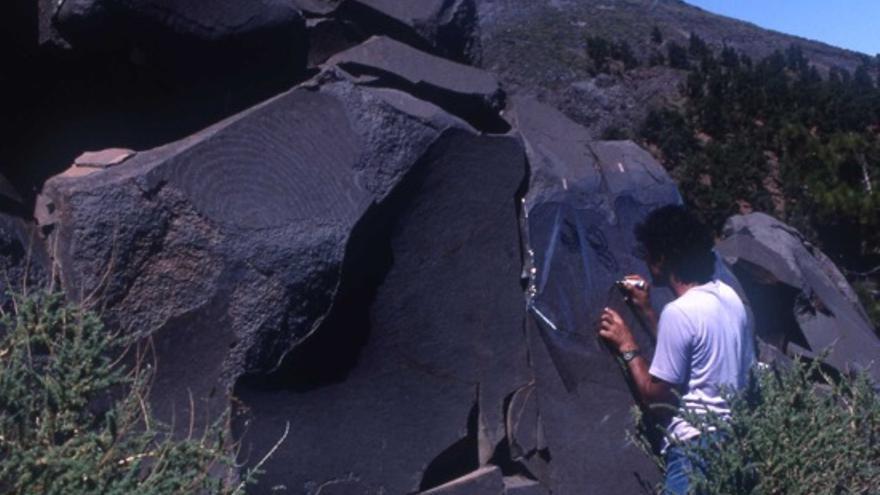 Domingo Acosta Felipe calcando los grabados rupestres de La Erita I (Cumbre de Santa Cruz de La Palma).