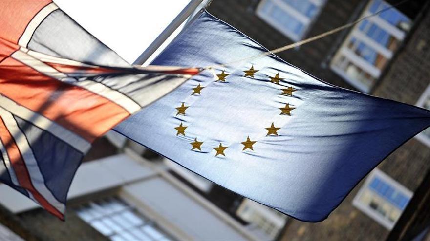 """La CE dice que """"todo está preparado"""" para que Londres active el artículo 50"""