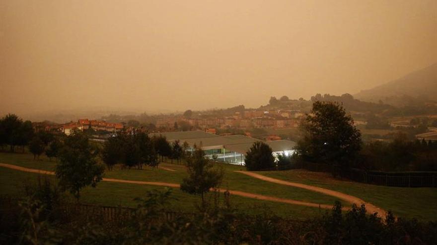 Los fuegos obligan a desalojar tres pueblos y a cortar dos vías en Asturias