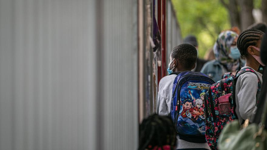 Archivo - Alumnos a las puertas de un colegio en Euskadi