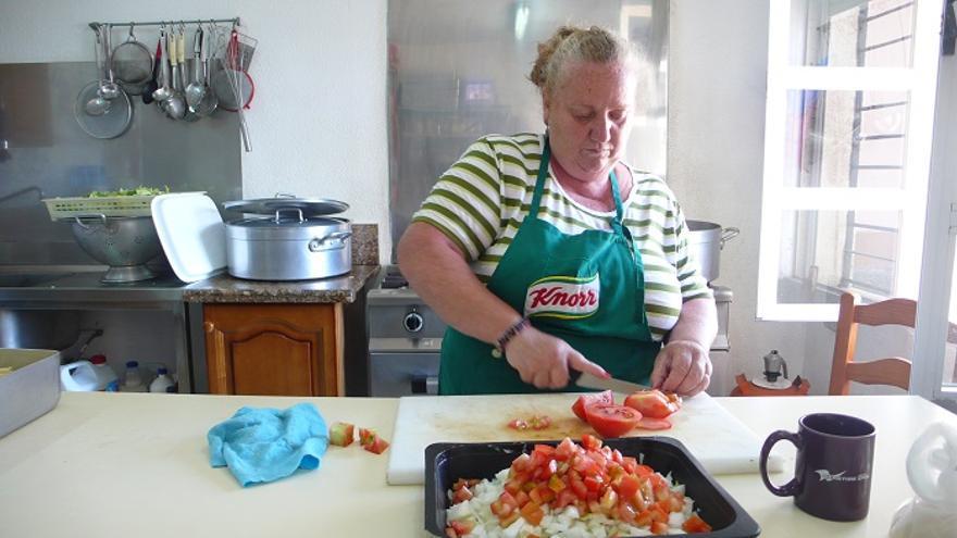 Una de las cocineras que colabora con 'Amigas del Sur' en Cádiz.