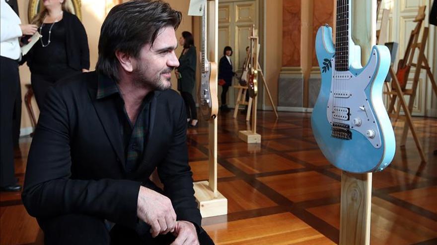 Subastan 30 guitarras intervenidas por artistas para la fundación de Juanes