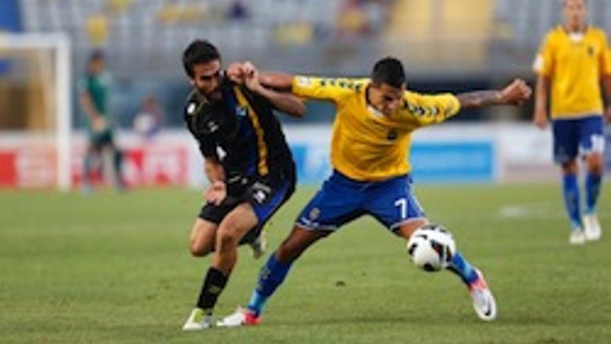 Vitolo lucha contra un jugador del Alcorcón.