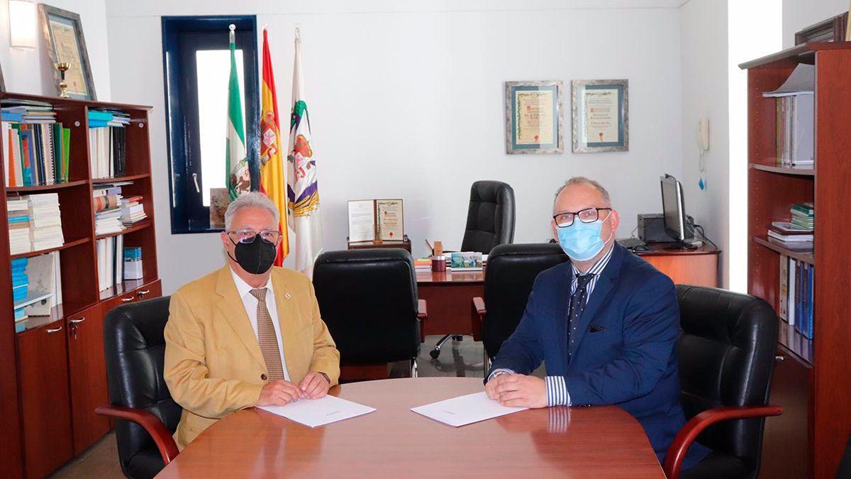 Enrique Castillo y Alberto Castro, durante la firma del acuerdo.