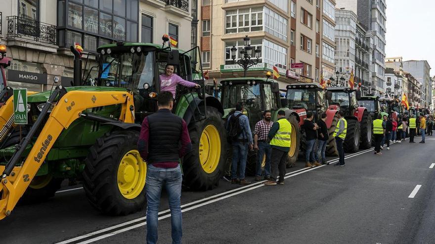Manifestación de agricultores y ganaderos en Santander.   JOAQUÍN GÓMEZ SASTRE