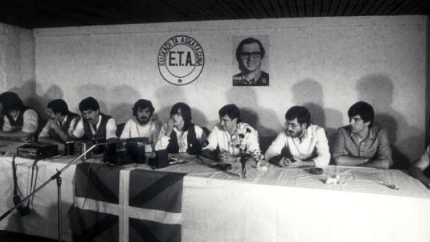 La dirección de ETA (pm) anuncia el fin de la lucha armada. Detrás una foto de Pertur y el anagrama de la banda./ (EITB)