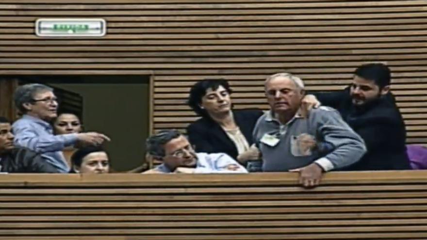 Un momento del altercado que se produjo en las Corts protagonizado por uno de los invitados a la sesión