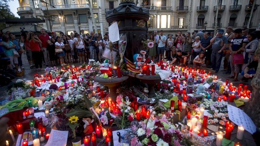 El Ayuntamiento Barcelona abre un espacio de vela y habilita libro de condolencias