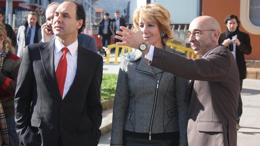 Jesús Díaz, alcalde de Noja, junto a Ignacio Diego y Esperanza Aguirre en una visita al municipio.