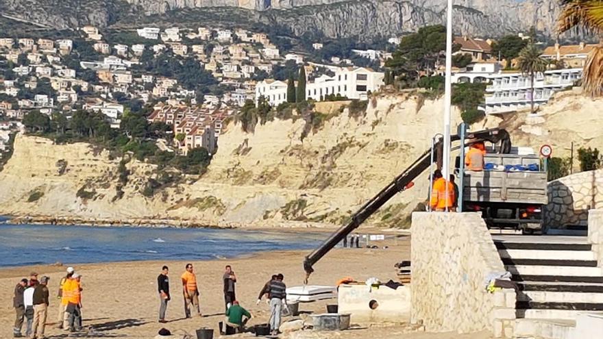 Los trabajos seguían este martes en la playa de l'Arenal, en Calp.