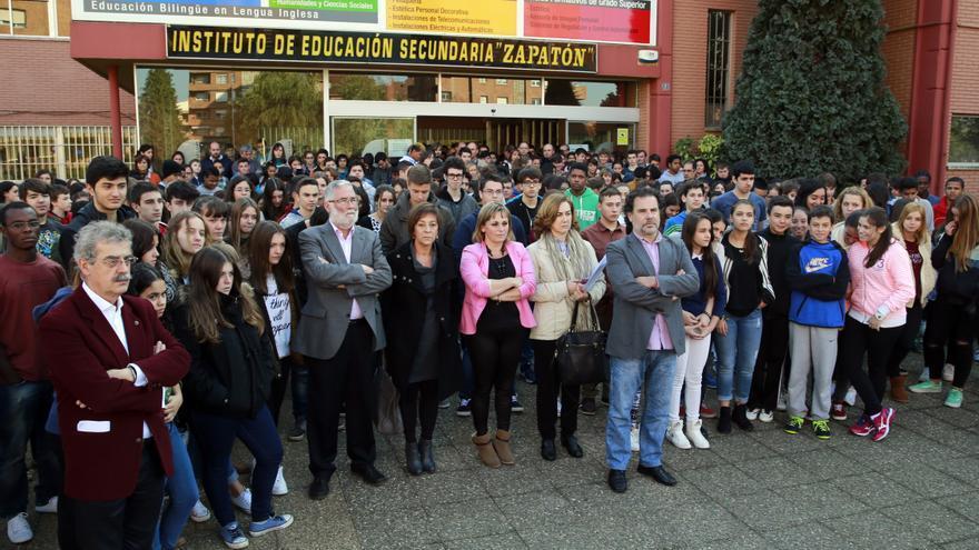 Concentración de los alumnos del IES Zapatón, en Torrelavega, en la que ha participado el consejero de Educación, Ramón Ruiz. | Nacho Romero