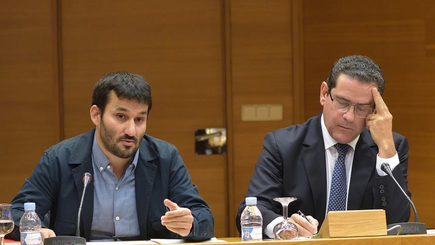 El conseller Vicent Marzà, junto al diputado popular Jorge Bellver, comparece en la comisión de presupuestos de las Corts