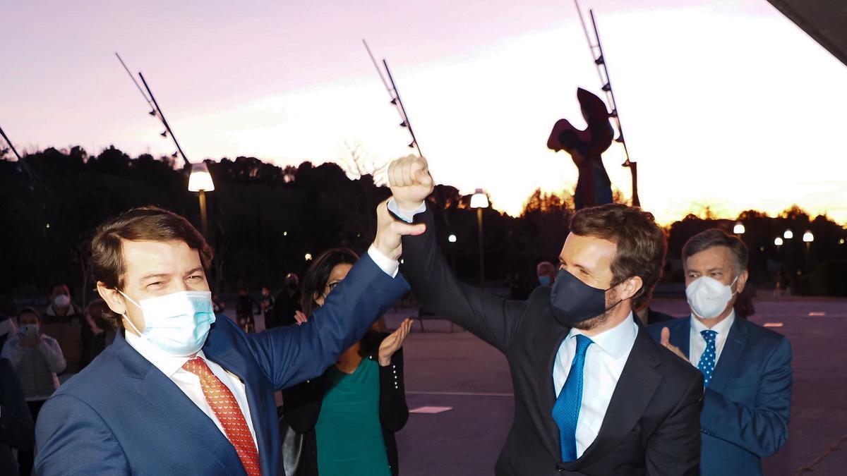 Mañueco y Casado celebran la victoria en la moción de censura.