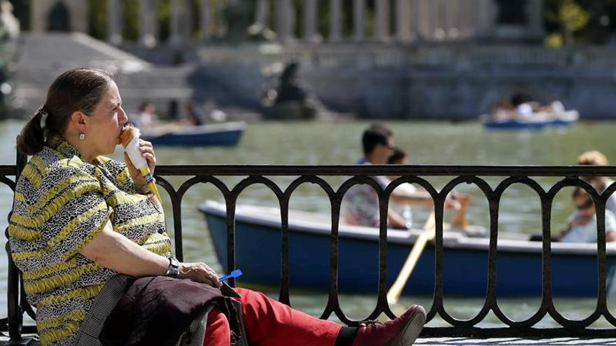 Los españoles, de los que más viven de la OCDE, pese a practicar poco deporte