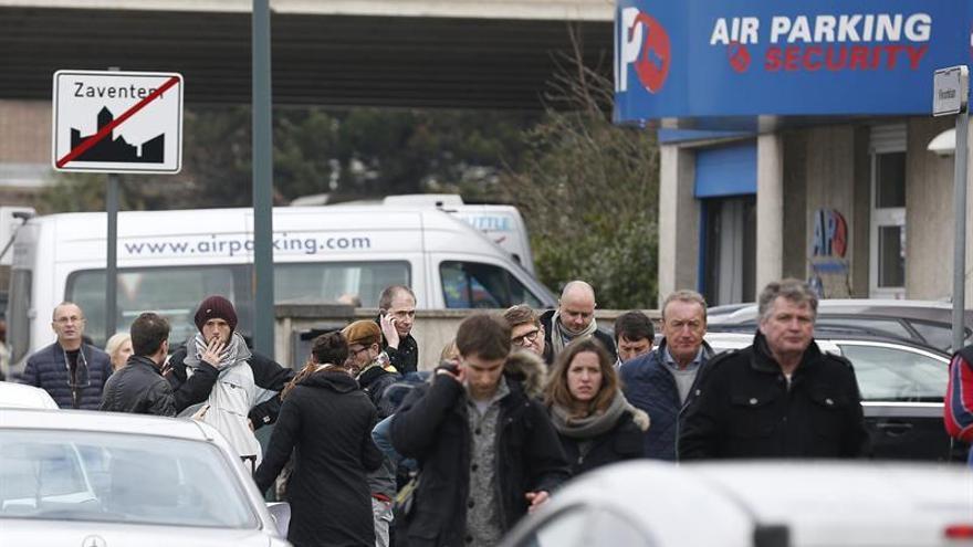 Ciudadanos saliendo de la zona de atentados.