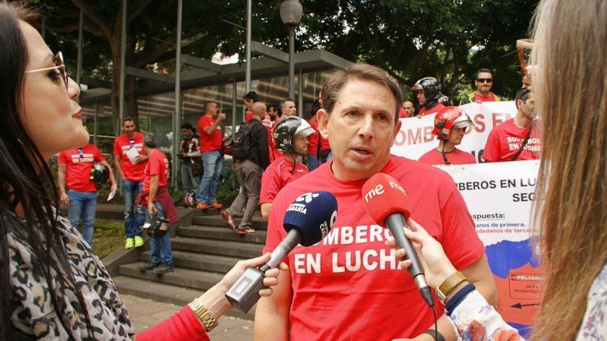 Javier Sevillano, atendiendo a la prensa minutos antes de que comience la protesta de este miércoles