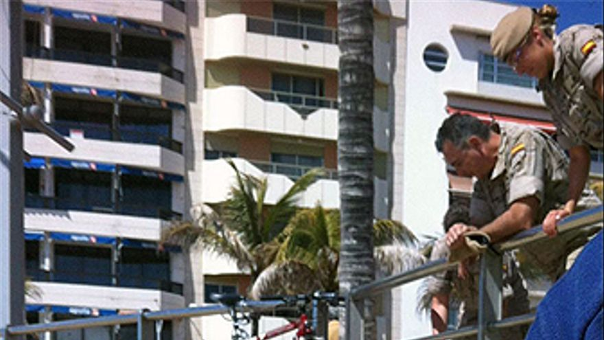Militares vertiendo tierra en Las Canteras. (CANARIAS AHORA)