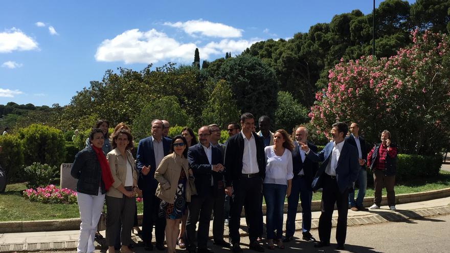 Pedro Sánchez junto a los miembros de su Comité de Expertos en el parque Labordeta en Zaragoza / I.C.
