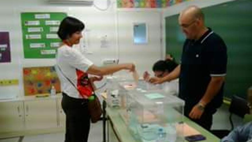 Ana león, número uno de IUC al Parlamento de Canarias votó en Los Llanos.