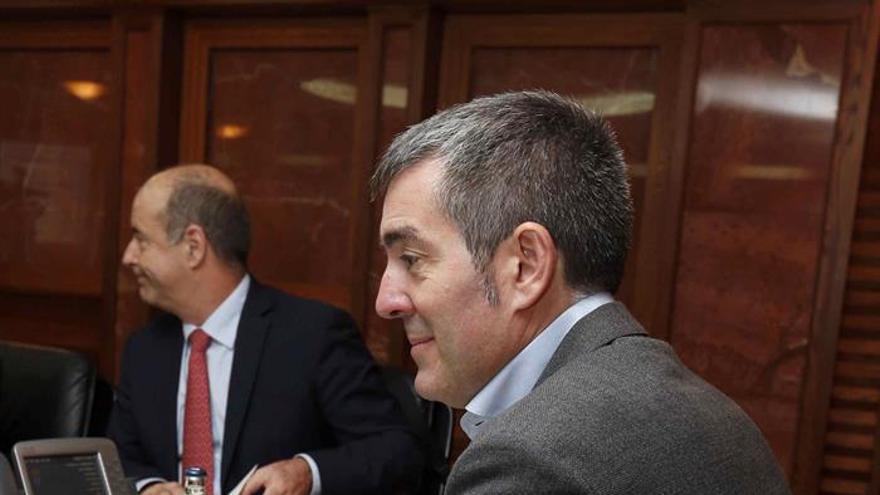 El presidente del Gobierno de Canarias, Fernando Clavijo, y el consejero Pedro Ortega. EFE/Elvira Urquijo A.