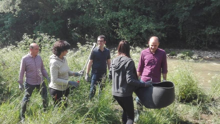 Más de 150 estudiantes participan en la recogida de residuos de los ríos Ibaizabal y Zaldai a su paso por Iurreta