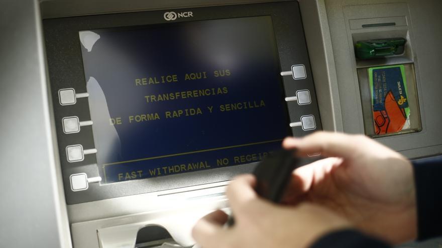 Competencia pide a la banca que las comisiones en los for Cajeros caixa catalunya