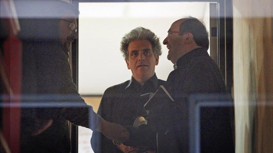 Iceta y Domènech se saludan antes de una reunión en la que también participó Marcelo Expósito.