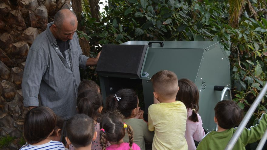 Imagen de alumnos en una compostera.