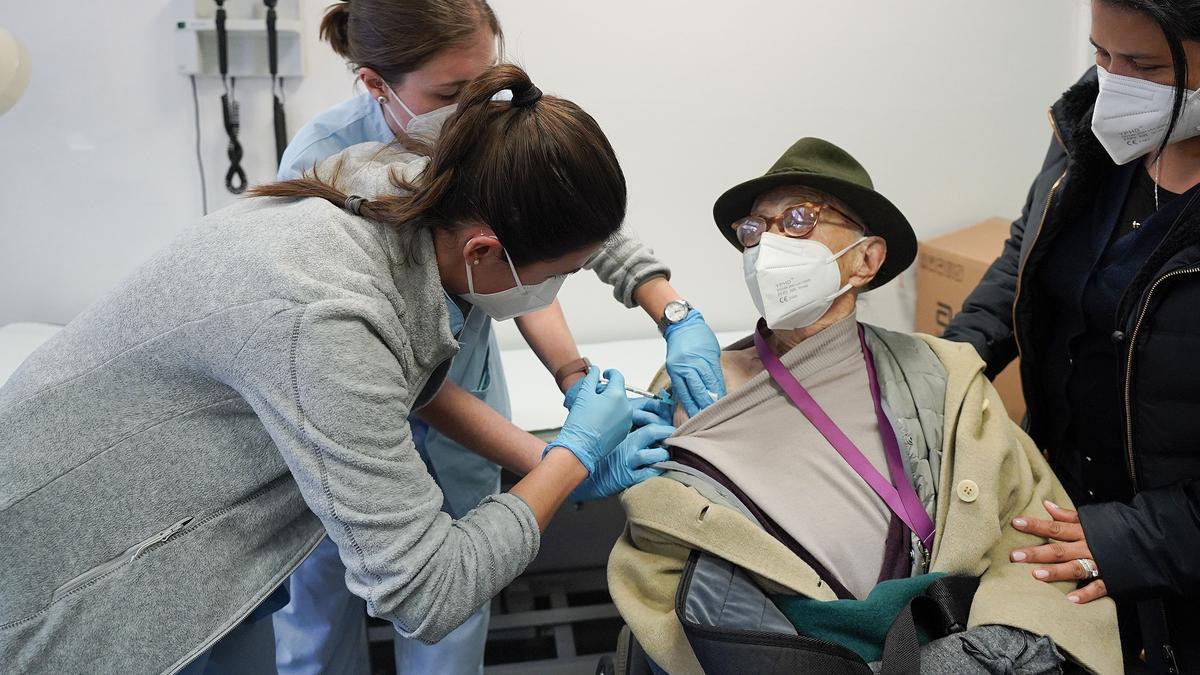 Un centenario recibe su vacuna en Euskadi