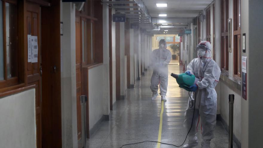 Trabajadores sanitarios esterilizan las aulas de una escuela en Seúl para prevenir la propagación del coronavirus (COVID-19) el 12 de junio.