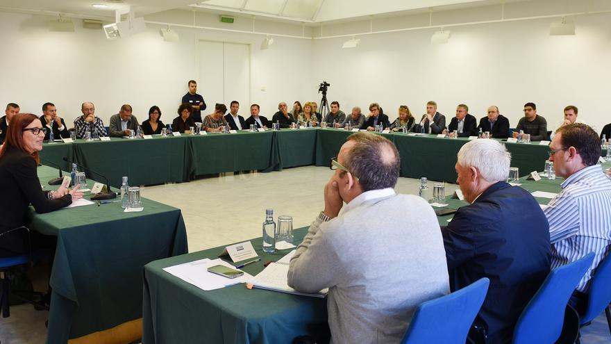 El presidente, Jorge Rodríguez, y la vicepresidenta, Maria Josep Amigó, reunidos con los alcaldes de La Safor