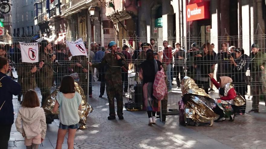 Un momento del acto de calle en apoyo a los refugiados.