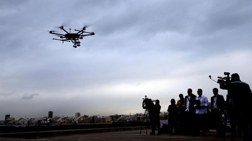 Momento de la demostración del uso de drones en actuaciones de inspección dirigidas a controlar la pesca furtiva, en Las Palmas de Gran Canaria. EFE/Elvira Urquijo A.