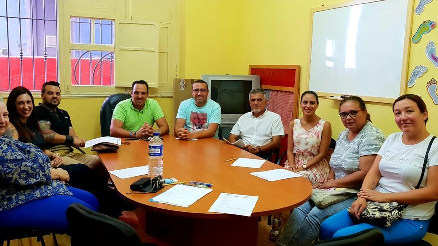 En la imagen, el alcalde, parte del equipo de  profesionales y padres en una reunión.