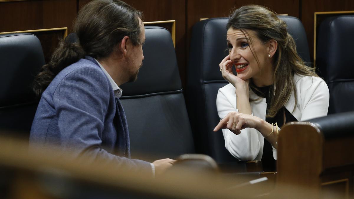 Yolanda Díaz conversa con Pablo Iglesias en los escaños del Gobierno en el Congreso.