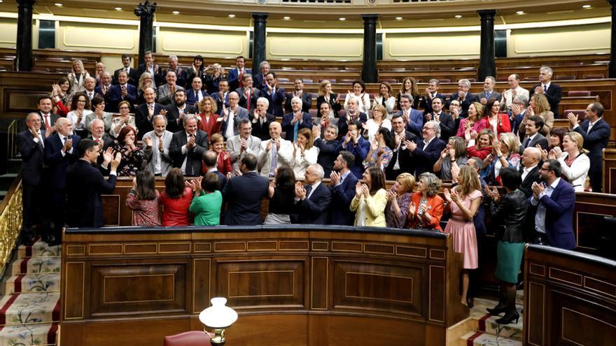Los diputados socialistas aplauden a su secretario general, Pedro Sánchez, tras la aprobación de la moción de censura contra Rajoy.