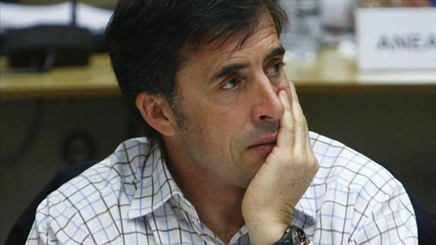 Pedro Delgado hace campaña con el PSOE contra el uso del casco ciclista en ciudad