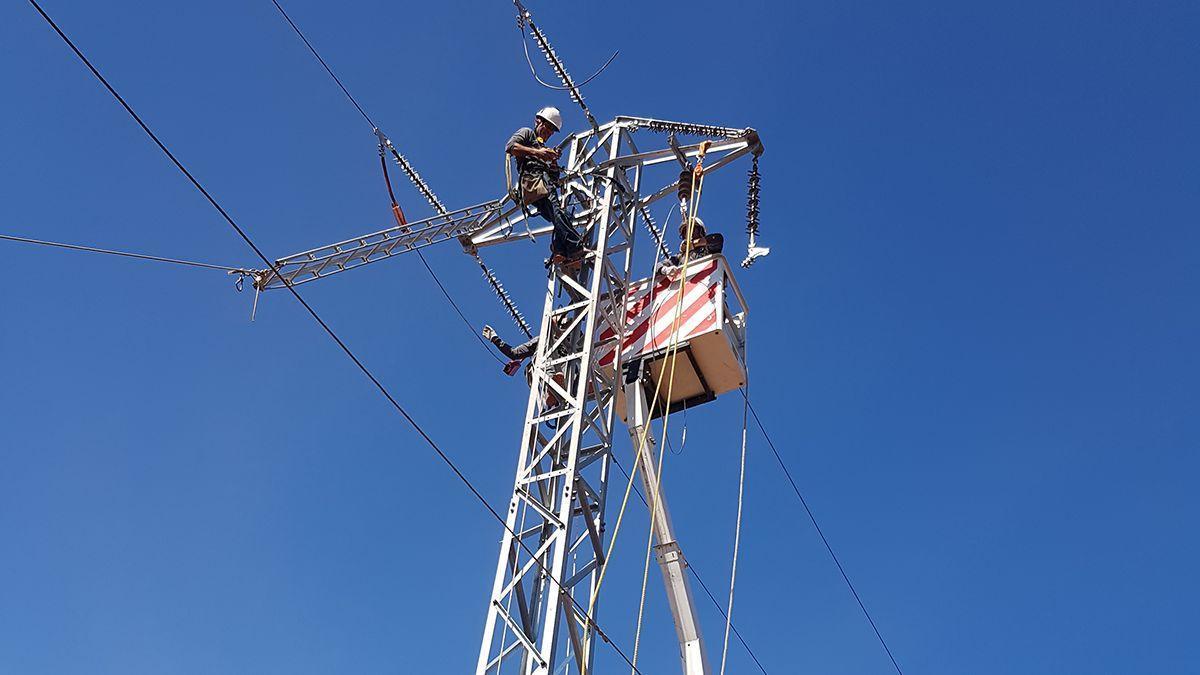 Un técnico de Endesa en una torre de electricidad.