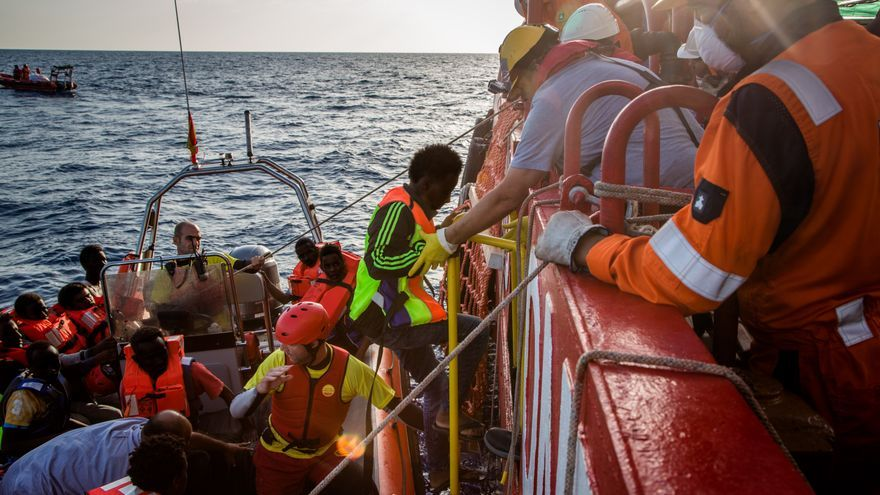 Refugiados y migrantes son llevados a bordo del Vos Hestia después de ser rescatados en el mar. | Foto: Jonathan Hyams/Save the Children