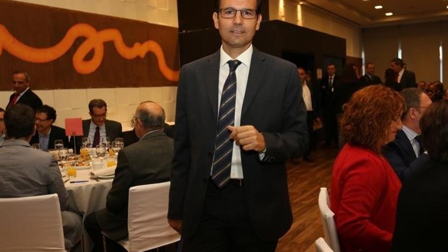 Un juez investiga al alcalde de Granada por usurpación de funciones públicas durante su etapa en la Junta