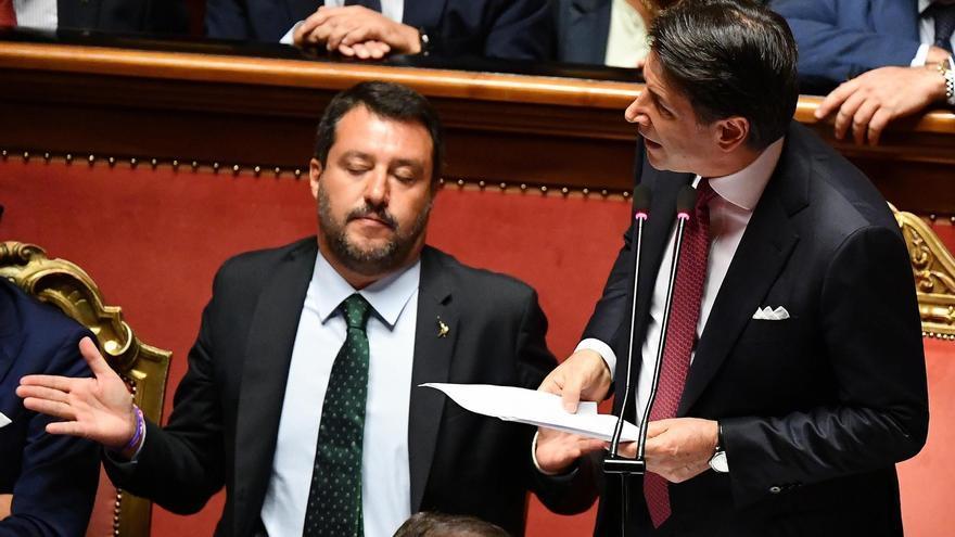 El primer ministro italiano, Giuseppe Conte, anuncia su dimisión este martes en un discurso en el Senado junto al ministro de Interior, Matteo Salvini.