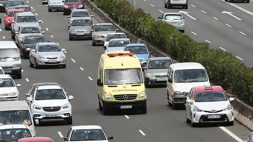 Una ambulancia circula en la GC-3 a la altura de Gando, en el municipio grancanario de Telde.